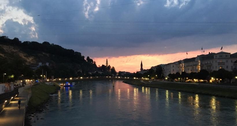Blick von der Salzburger Staatsbrücke bei Nacht