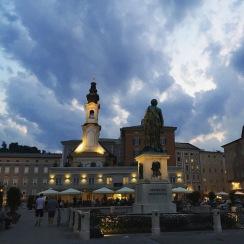 Salzburger Mozartplatz in der Abenddämmerung
