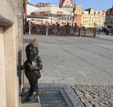 Typischer Bronze Zwerg am Marktplatz von Breslau